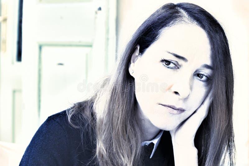 Stående av en ledsen mogen kvinna arkivfoton