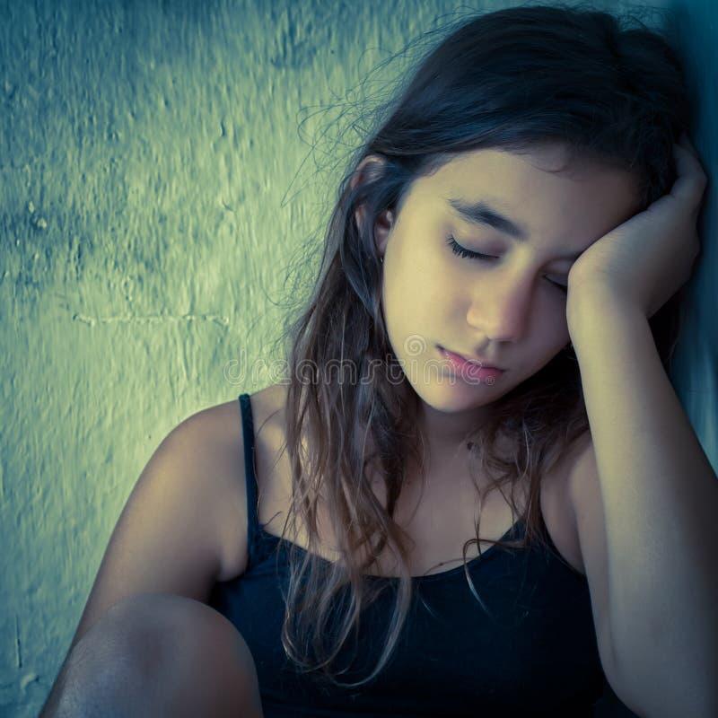 Stående av en ledsen och trött latinamerikansk flicka royaltyfri bild