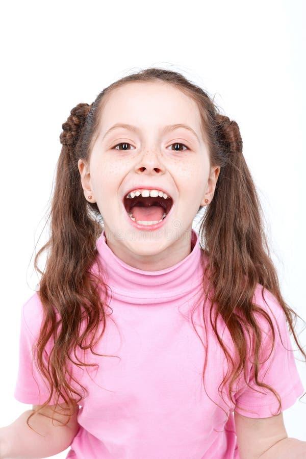 Stående av en liten emotionell flicka royaltyfri bild