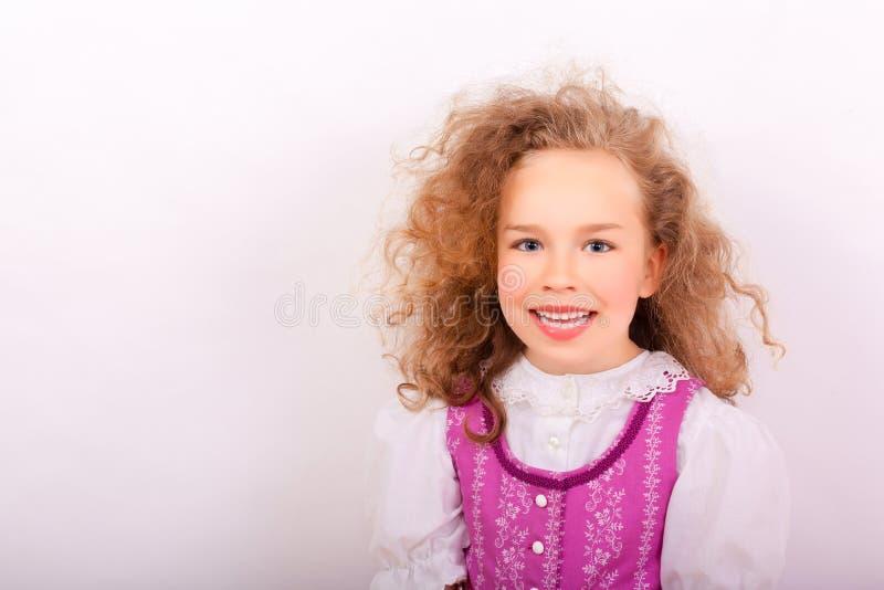 Stående av en liten flicka i traditionell bayersk kläder royaltyfri fotografi