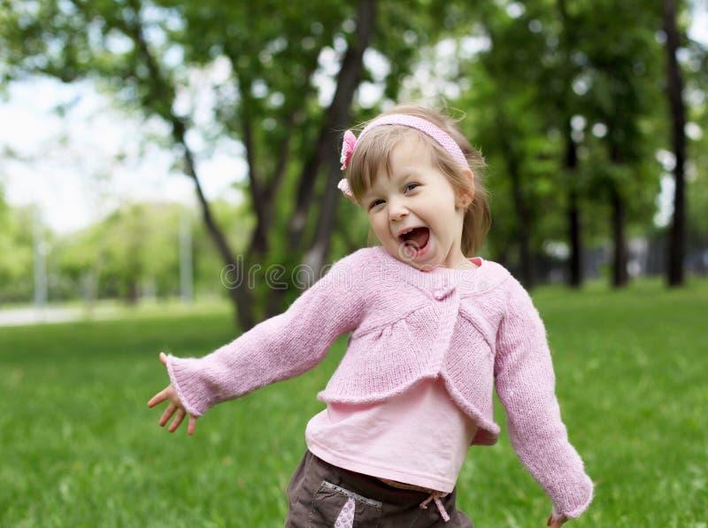 Stående av en liten flicka utomhus arkivbilder