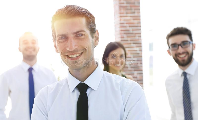 Stående av en lyckad affärsperson på bakgrunden av kollegor royaltyfri fotografi