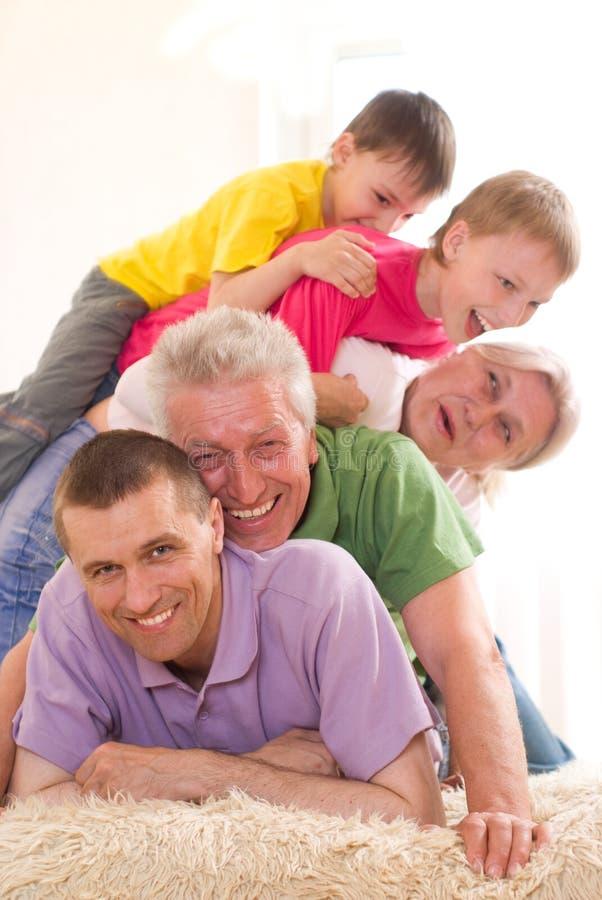 Stående av en lycklig familj royaltyfria foton