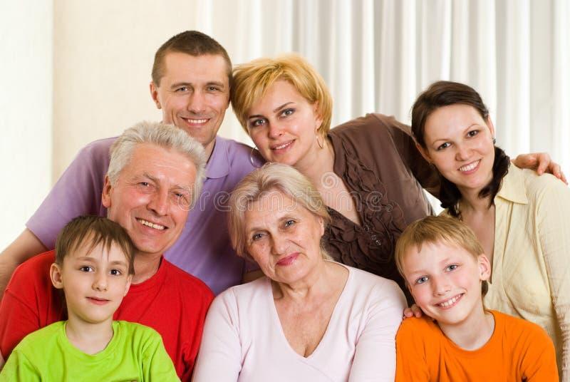 Stående av en lycklig familj fotografering för bildbyråer