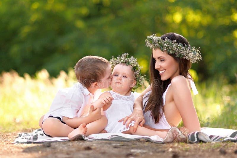Stående av en lycklig familj i sommaren royaltyfri bild