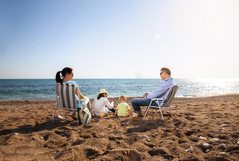Stående av en lycklig familj i sommarnatur royaltyfria bilder