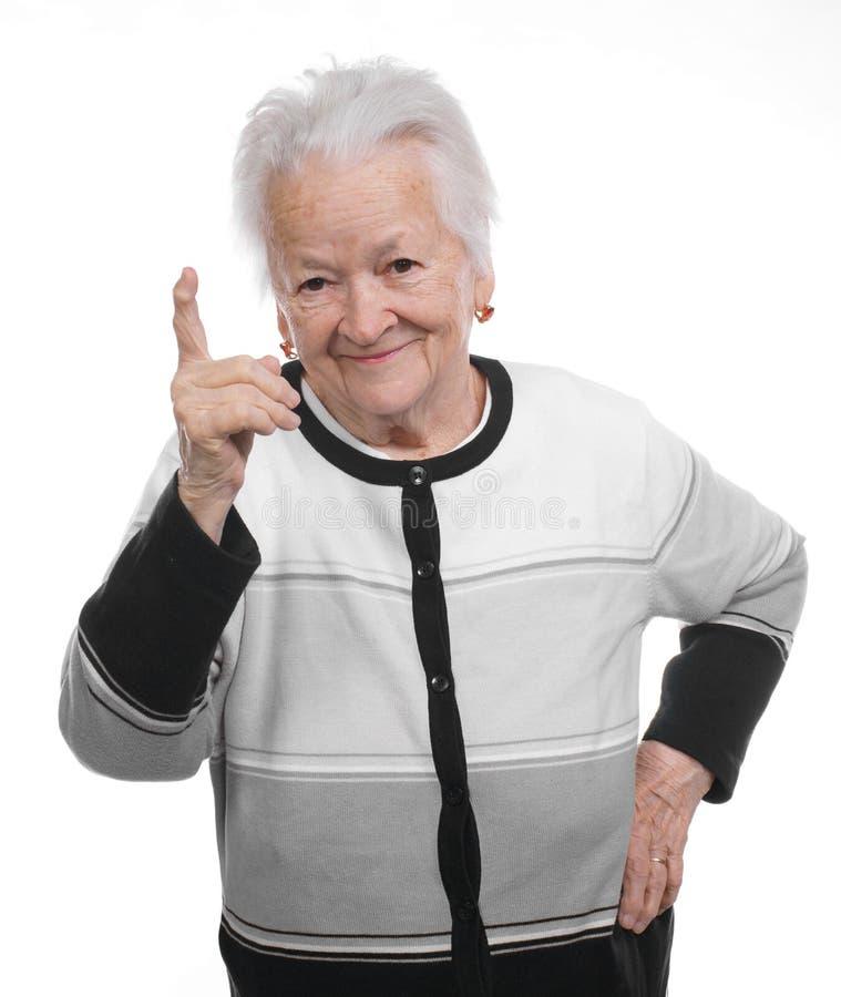 Stående av en lycklig gammal kvinna som uppåt pekar arkivbilder