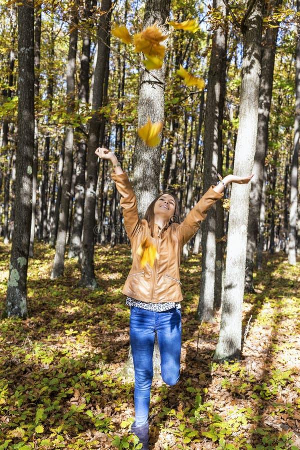 Stående av en lycklig härlig tonårs- flicka som tycker om hösten s royaltyfri fotografi