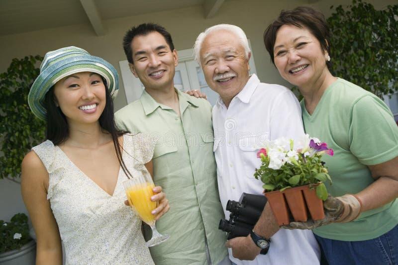 Stående av en lycklig japansk familj arkivfoto
