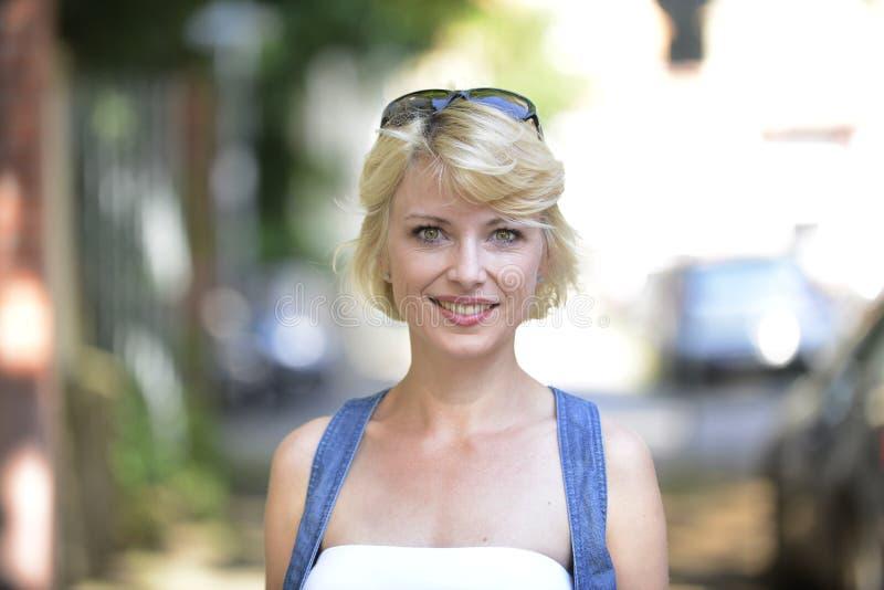 Stående av en lycklig kvinna i staden royaltyfria bilder