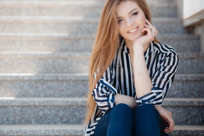 Stående av en lycklig kvinna i vårstad arkivbild