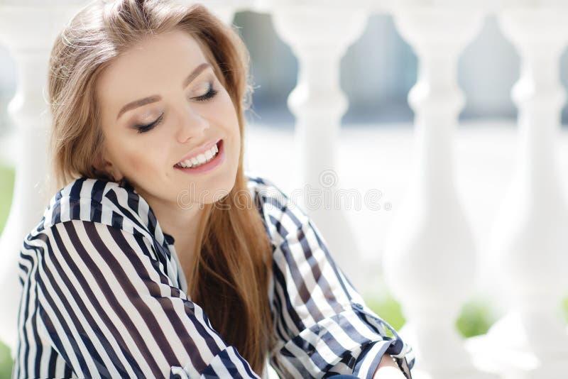 Stående av en lycklig kvinna i vårstad royaltyfria foton