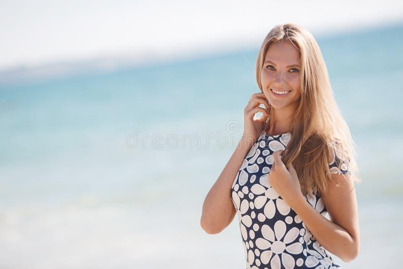 Stående av en lycklig kvinna på stranden arkivfoton