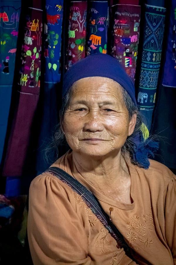 Stående av en lycklig Laotian gammal kvinna arkivbilder