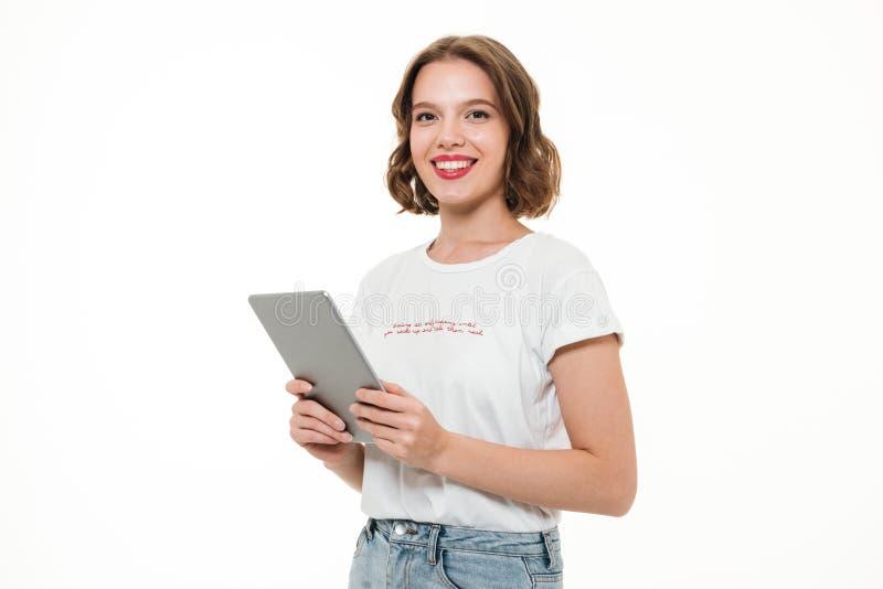 Stående av en lycklig le hållande minnestavladator för flicka royaltyfria foton