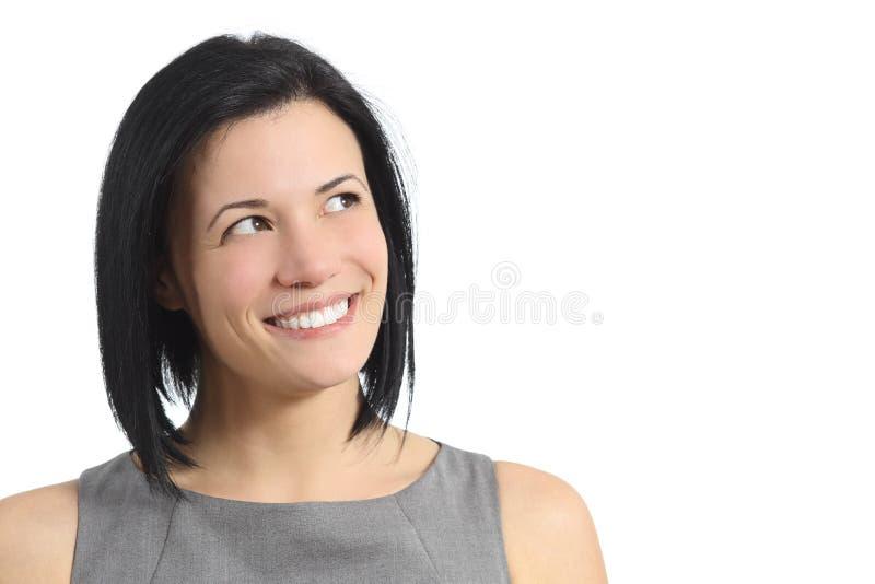 Stående av en lycklig le kvinna som från sidan ser fotografering för bildbyråer