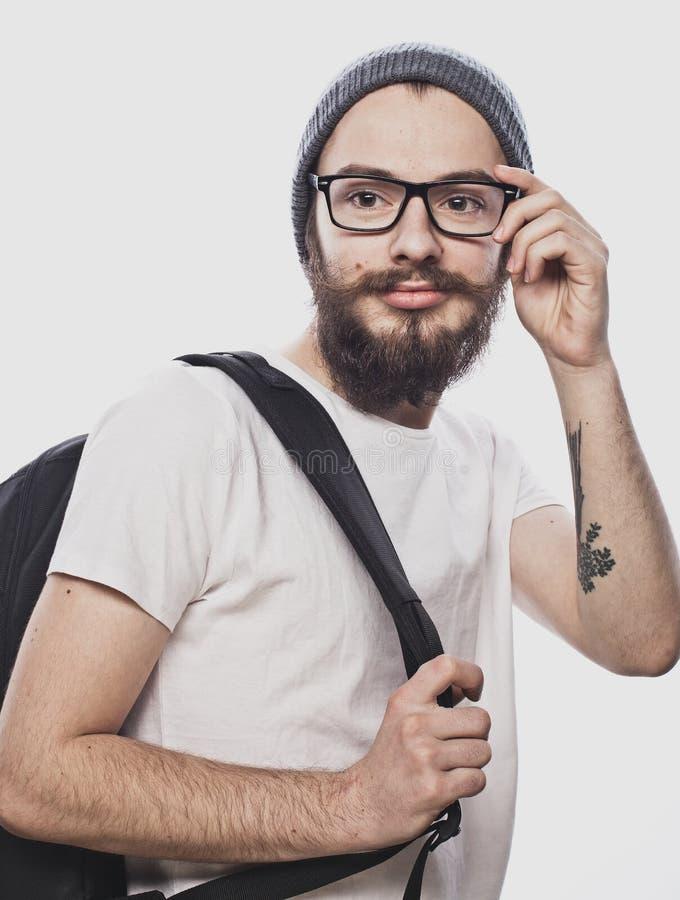 Stående av en lycklig le student med ryggsäcken som isoleras på vit bakgrund royaltyfri bild