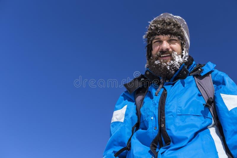 Stående av en lycklig man med insnöat hans skägg fotografering för bildbyråer
