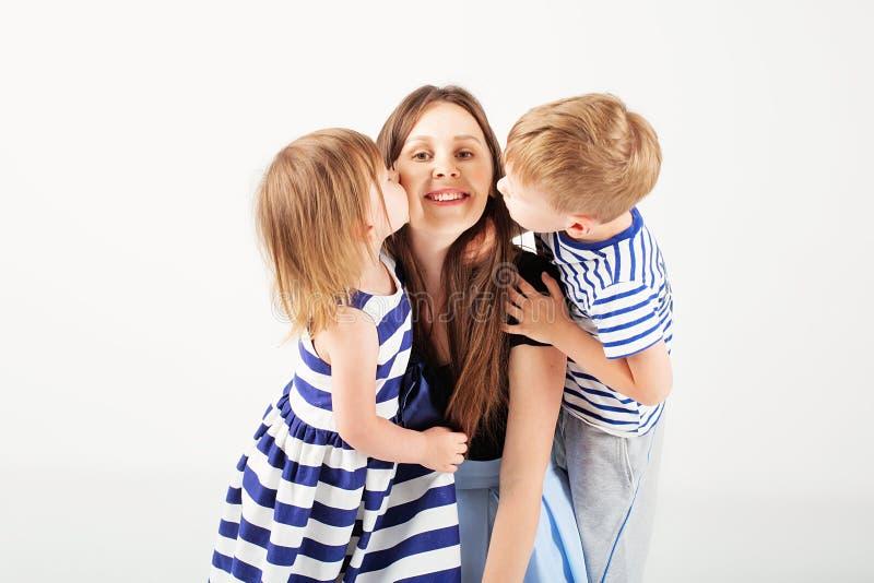 Stående av en lycklig moder och hennes två lilla barn - pojke och royaltyfri fotografi