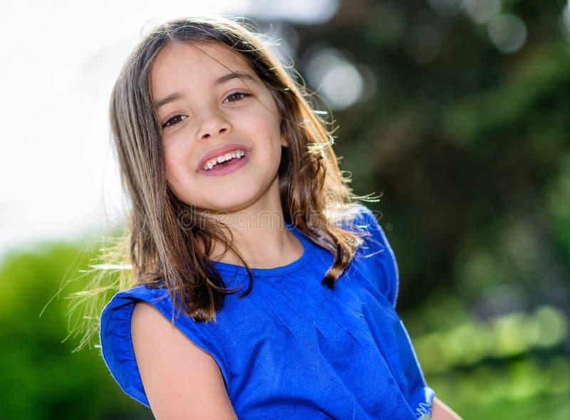 Stående av en lycklig nätt liten flicka arkivbild