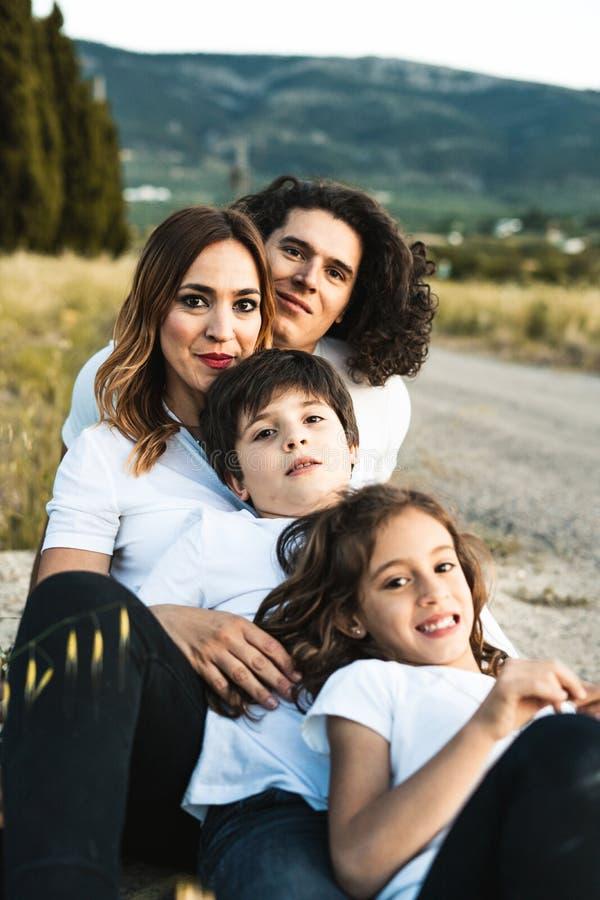 Stående av en lycklig och rolig ung familj utomhus royaltyfri foto
