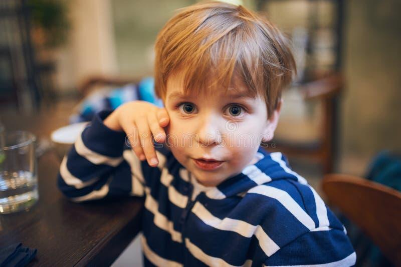Stående av en lycklig pojke som har roligt hemma royaltyfria foton
