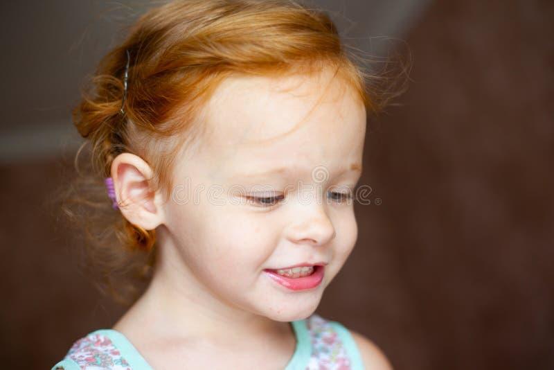 Stående av en lycklig skratta liten flicka för härlig rödhårig man arkivfoton