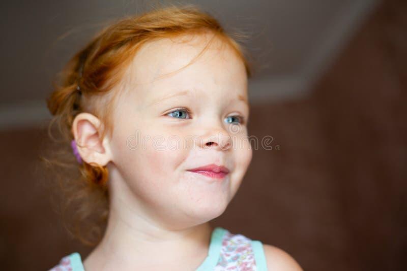Stående av en lycklig skratta liten flicka för härlig rödhårig man royaltyfria foton