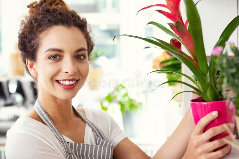 Stående av en lycklig trevlig blomsterhandlare royaltyfri foto