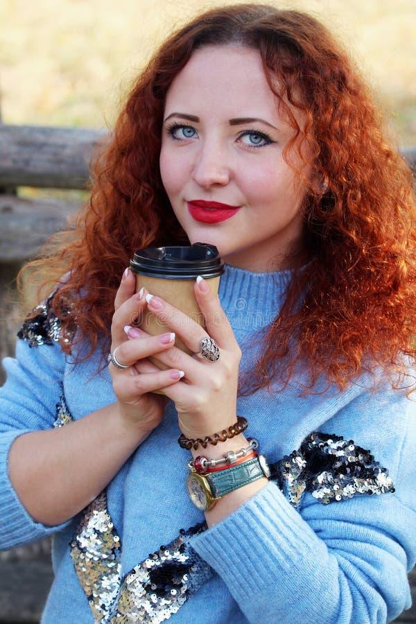 Stående av en lycklig ung härlig kvinna med rött hår arkivbild