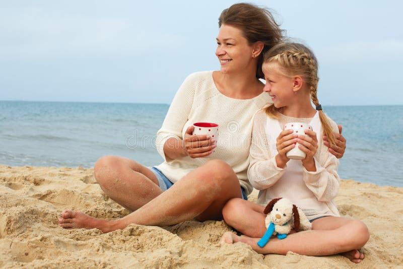 Stående av en lyckligt förälder och barn som dricker te royaltyfri fotografi