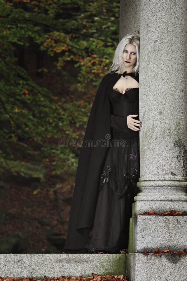 Stående av en mörk dam royaltyfria bilder