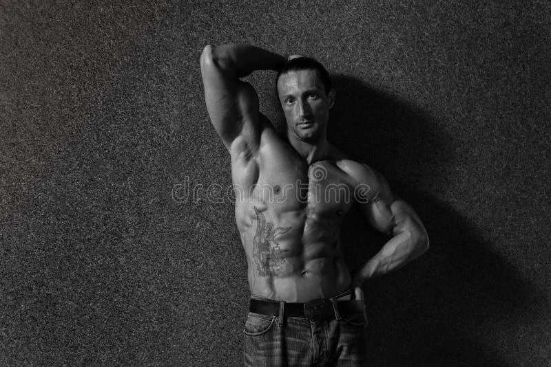 Stående av en man i den moderna korridoren arkivfoto