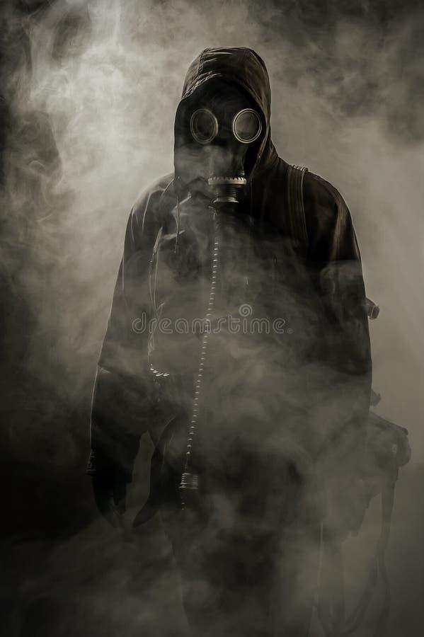 Stående av en man i en gasmask royaltyfri foto