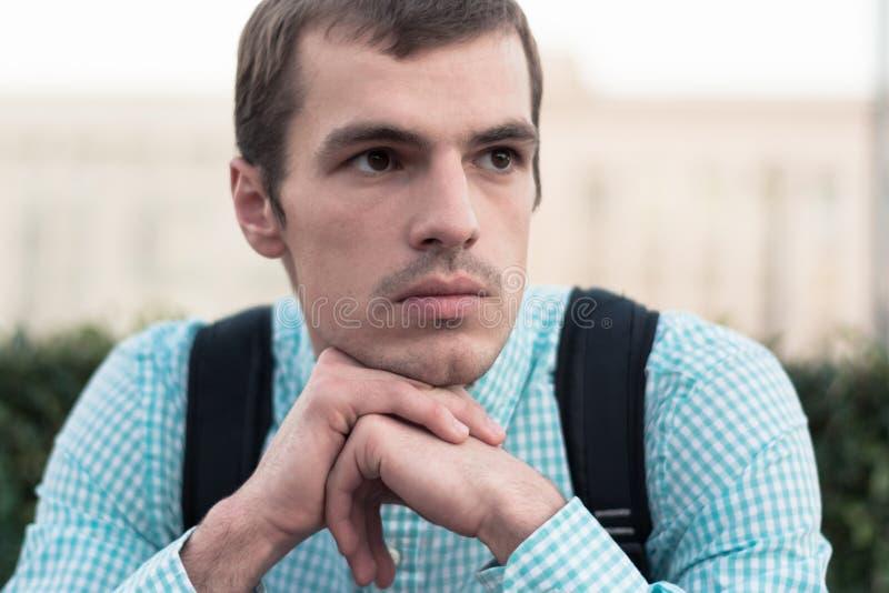 Stående av en man i gatan som talar om något som är allvarlig royaltyfria foton