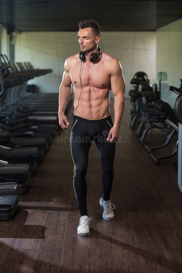 Stående av en man i modern idrottshall royaltyfri bild