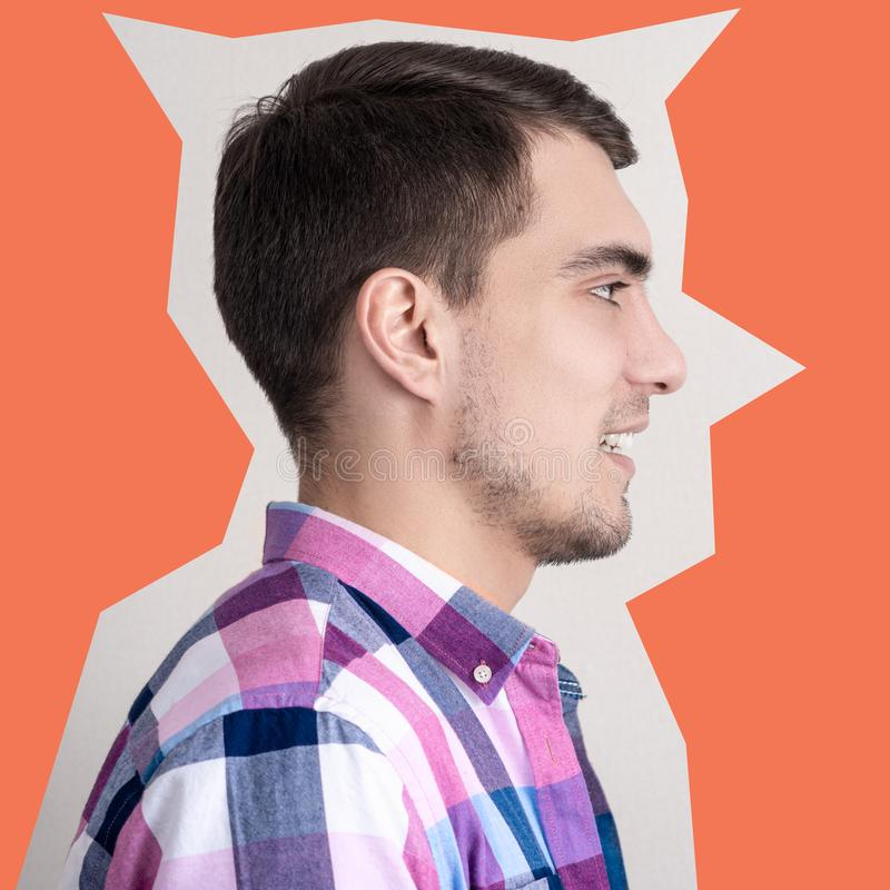 Stående av en man i profil i en plädskjorta arkivbild
