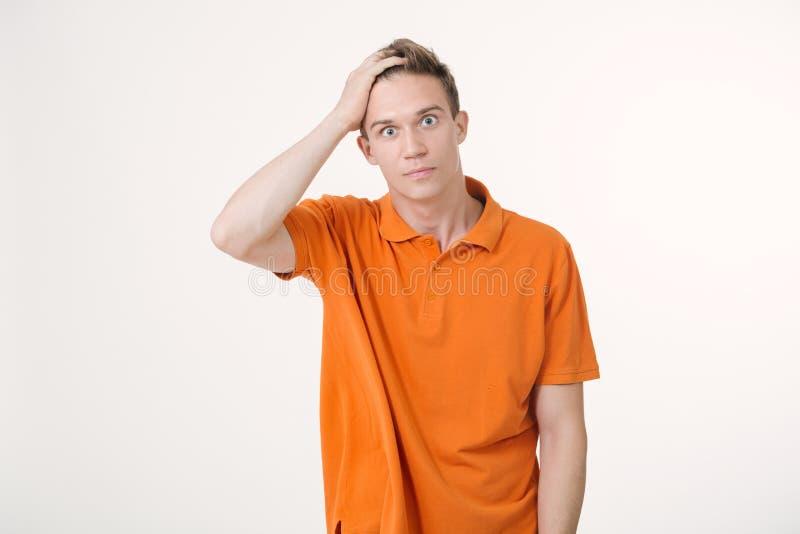 Stående av en man med chockat ansiktsuttryck, vit bakgrund arkivbild