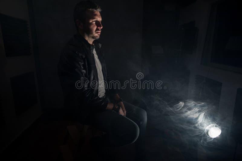 Stående av en man med en dramatisk atmosfär arkivfoton