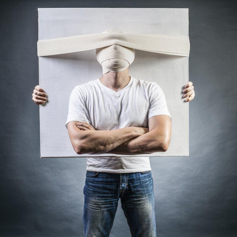 Stående av en man med ett förbundit huvud arkivfoto