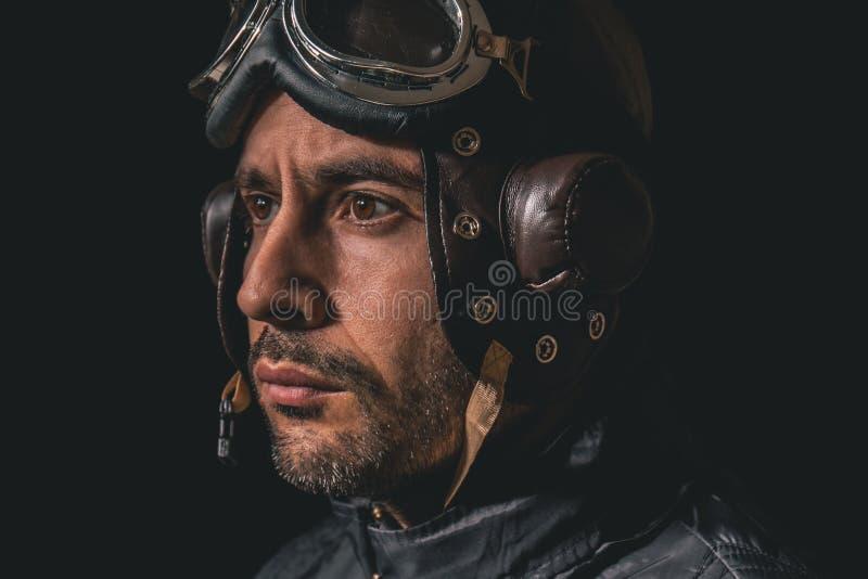 Stående av en man med flygarehjälmen och skyddsglasögon som bort ser till avståndet royaltyfri fotografi