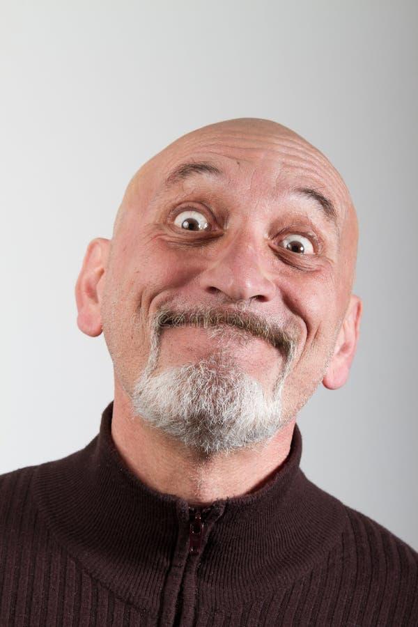 Stående av en man med roliga ansiktsuttryck fotografering för bildbyråer