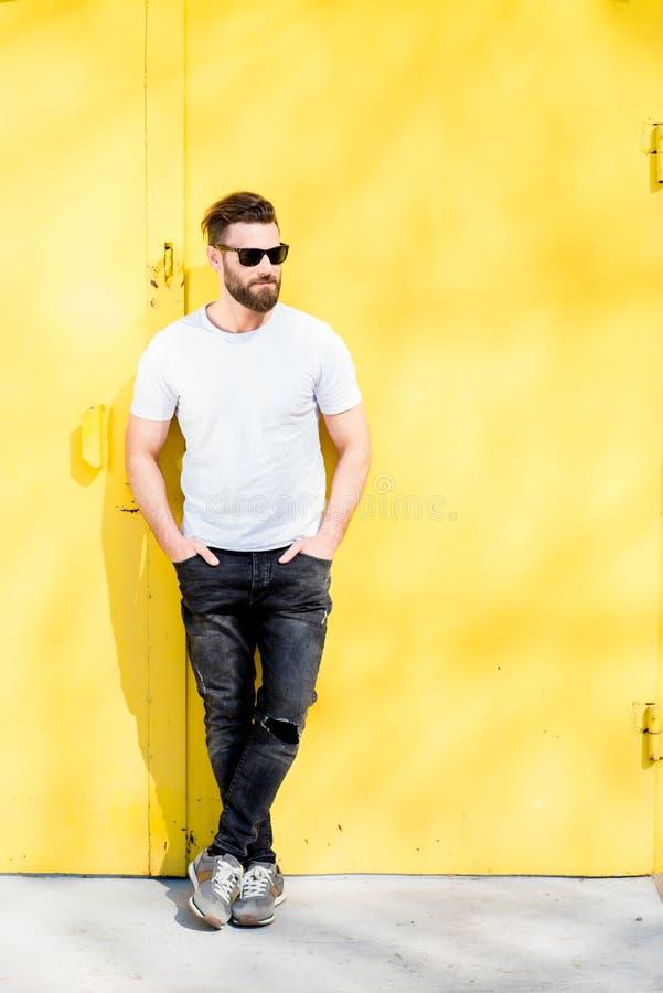 Stående av en man på gul bakgrund royaltyfri foto