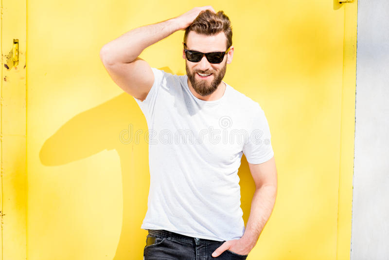 Stående av en man på gul bakgrund arkivbild