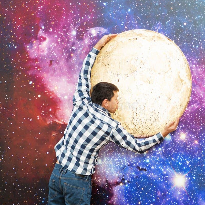 Stående av en man på en utrymmebakgrund Ung man på backgren arkivfoto