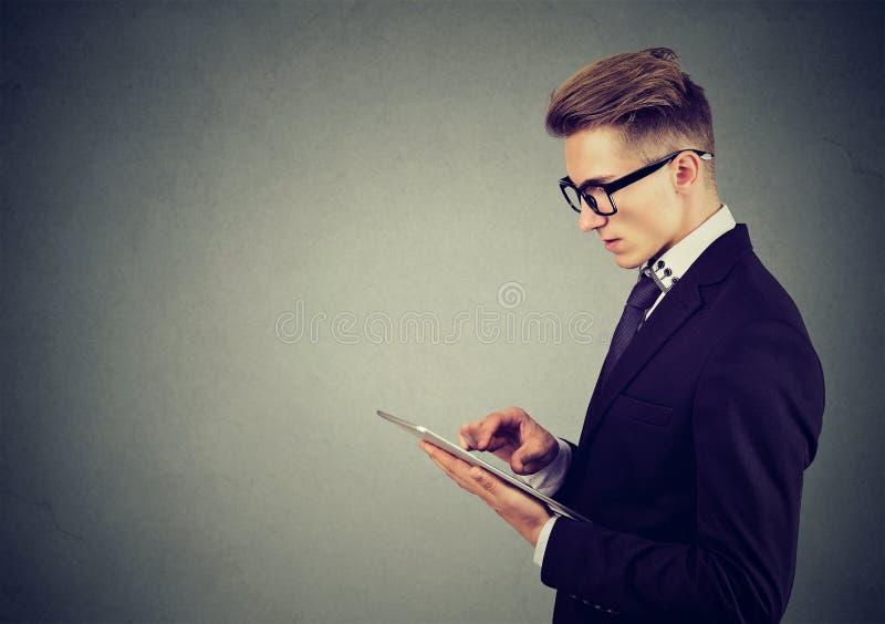 Stående av en man som använder en minnestavlaPC arkivbilder