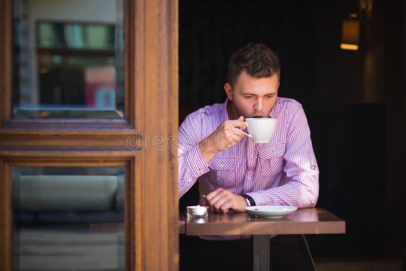 Stående av en man som dricker kaffe royaltyfria foton