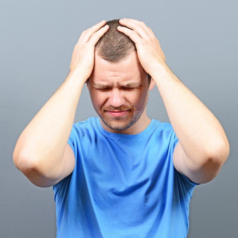 Stående av en man som lider från huvudvärk arkivbild