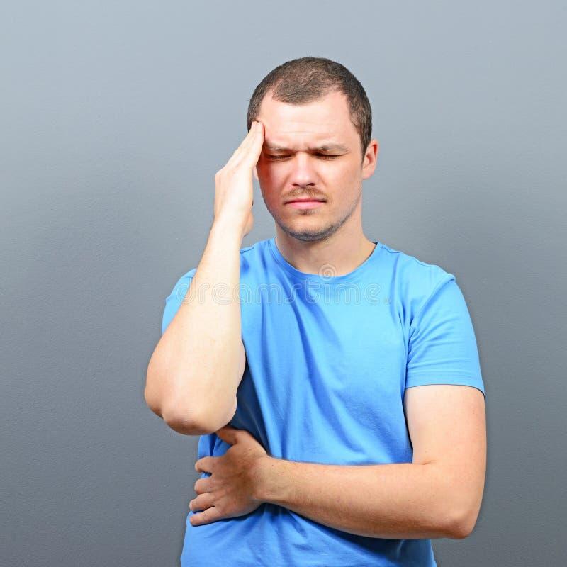 Stående av en man som lider från huvudvärk royaltyfri bild