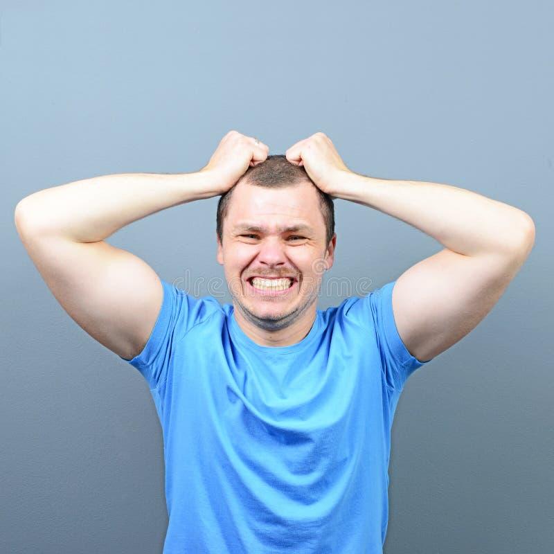 Stående av en man som lider från huvudvärk arkivfoto